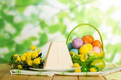 Traditioneel Pasen-kaasdessert, gekleurde eieren in mand, flowe stock foto's
