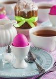 Traditioneel Pasen-ontbijt met de cake en de eieren van Pasen stock foto's