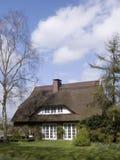 Traditioneel plattelandshuisje met met stro bedekt dak Royalty-vrije Stock Foto