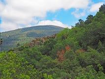 Traditioneel schistdorp in de bergen van centraal Portugal stock foto's