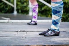 Traditioneel Schots Hoogland die in kilten dansen Stock Afbeeldingen