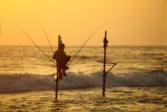 Traditioneel Sri Lanka die techniek in oceaanbranding vissen Stock Fotografie