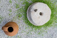 Traditioneel Steenmolen en Clay Pot in een Tuin royalty-vrije stock foto