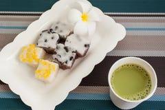 Traditioneel Thais Dessert met Hete Melk Groene Thee op Plaat Stock Foto