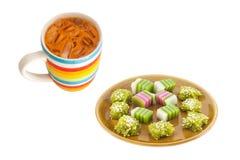Traditioneel Thais Dessert op Plaat met de Thee van de Ijsmelk op Wit Royalty-vrije Stock Foto