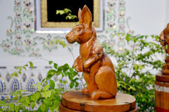 Traditioneel Thais stijlhoutsnijwerk als dierlijk houten konijn  Stock Fotografie