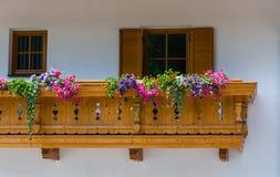 Traditioneel Tirools chalet met bloem op balkons in Zuiden Ty royalty-vrije stock fotografie