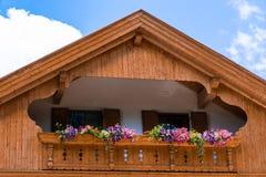 Traditioneel Tirools chalet met bloem op balkons in Zuiden Ty royalty-vrije stock afbeelding