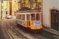 Traditioneel tramvervoer in het stadscentrum van Lissabon stock afbeeldingen