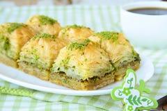 Traditioneel Turks dessert - baklava met honing Stock Fotografie