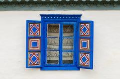 Traditioneel venster met blauwe open blinden Stock Fotografie