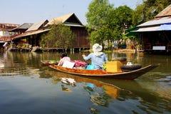 Traditioneel vervoer, houten boot in kanaal, Thailand. Royalty-vrije Stock Foto's