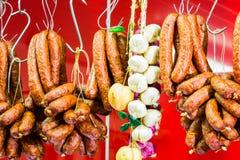 Traditioneel voedsel Het gerookte worstenvlees hangen in Europees voedsel Royalty-vrije Stock Foto