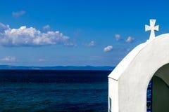 Traditioneel weinig Griekse kerk op het strand stock afbeelding