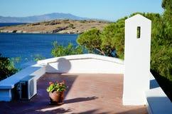 Traditioneel wit overzees terras op een overzeese achtergrond Stock Foto's