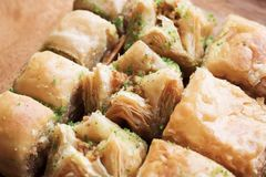 Traditioneel zoet oosters dessert, oosters snoepjesclose-up, baklava stock foto
