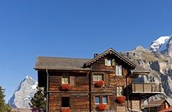 Traditioneel Zwitsers chalet stock afbeeldingen