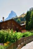 Traditioneel Zwitsers Chalet bij de top CH van Zermatt en Matterhorn- royalty-vrije stock afbeelding