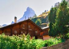 Traditioneel Zwitsers Chalet in de top CH van Zermatt en Matterhorn- royalty-vrije stock fotografie