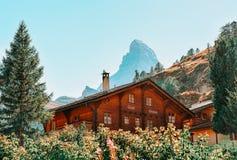 Traditioneel Zwitsers Chalet Zermatt met Matterhorn-top royalty-vrije stock fotografie