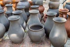 Traditionele aarden potten en Kruiken stock afbeeldingen