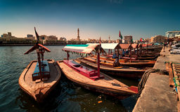 Traditionele Abra-taxiboten in de kreek van Doubai - Deira, Doubai Deira, Verenigde Arabische Emiraten stock foto