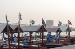 Traditionele Abra-veerboten bij de kreek in Doubai, Verenigde Arabische Emiraten royalty-vrije stock afbeelding