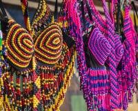 Traditionele Afrikaanse kleurrijke met de hand gemaakte parelskleren Volks art Royalty-vrije Stock Fotografie