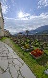 Traditionele alpiene begraafplaats met ijzerkruisen royalty-vrije stock foto