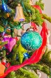 Traditionele Antieke Kerstmisornamenten op Boomtakken Royalty-vrije Stock Afbeelding