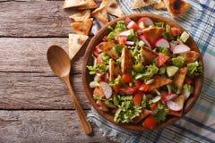 Traditionele Arabische fattoushsalade op een plaat De horizontale bovenkant wedijvert Stock Afbeeldingen