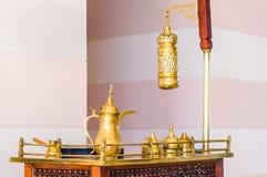 Traditionele Arabische koffie die op antieke lijst wordt geplaatst stock afbeelding
