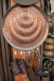 Traditionele Arabische kunstpunten en Herinneringen op vertoning in traditionele markt in Damascus, Syrië Stock Fotografie