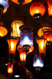 Traditionele Arabische lantaarns op de markt stock foto's