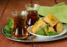Traditionele Arabische Turkse thee die met munt wordt gediend Stock Afbeelding