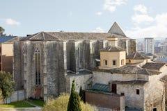 Traditionele architectuur en, bij de achtergrond, eigentijdse architectuur Girona Stock Fotografie