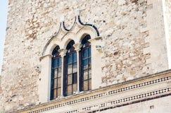 Traditionele architectuur van Sicilië, fragment van een oude Palazzo Corvaja in Taormina stock afbeeldingen