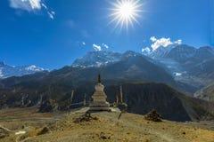 Traditionele architectuurstupa Manang Nepal royalty-vrije stock afbeeldingen