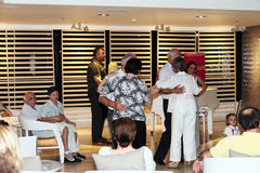 Traditionele avonddansen in Dood Overzees strandhotel Stock Foto