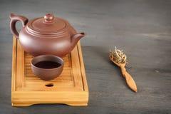 Traditionele Aziatische ceramische theepot met een koptribune op een speciaal houten theedienblad royalty-vrije stock afbeelding