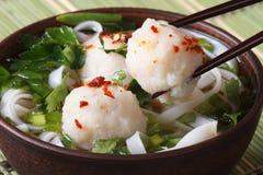 Traditionele Aziatische soep met vissenballen en eetstokjes Stock Afbeeldingen