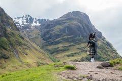 Traditionele bagpiper in de Schotse hooglanden Royalty-vrije Stock Fotografie