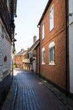 Traditionele baksteenhuizen in een smalle steeg in Canterbury, Englan stock afbeelding