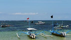 Traditionele Balinese `-libel` boot op het strand Jukung vissersboten op Sanur-strand, Bali, Indonesië, Azië stock video