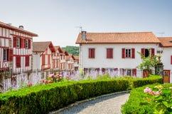 Traditionele Baskische huizen in La bastide-Clairence Stock Foto's