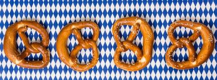 Traditionele Beierse pretzels op een rij op Beierse vlag Royalty-vrije Stock Afbeelding