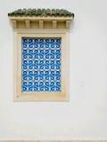 Traditionele blauwe blinden in Tunesië Stock Afbeelding