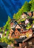Traditionele blokhuizen op de berghelling in Hallstatt, Au Royalty-vrije Stock Foto