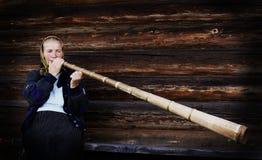 Traditionele boer die een Bucium speelt Stock Foto