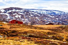 Traditionele boerderij bij de voet van de berg, Noorwegen royalty-vrije stock fotografie